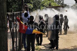 En imágenes: disturbios durante desalojo en jarillón del río Cauca