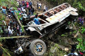 Imágenes: 'Chiva' rodó por precipicio y dejó 10 muertos en el norte del Cauca