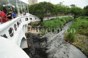 Las impactantes imágenes del río Cali teñido de negro este jueves