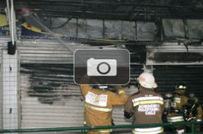 Bomberos controlan incendio en centro comercial de Cali