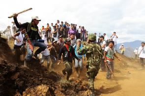 Indígenas desalojan a tropas del Ejército en Toribío