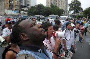 Jornada de bloqueos y disturbios en el paro de transportadores de Cali