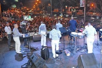 Caleños se 'enrumbaron' a ritmo de salsa en la Calle de la Feria - elpais.com.co