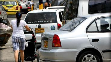 Invasión vial en Cali: ya no hay lugar donde parquear carros ni motos