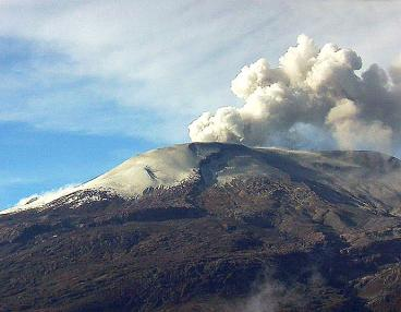 Volcán Nevado del Ruiz mantiene alerta naranja y fuertes olores de azufre