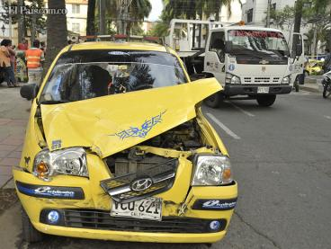 Dos mujeres lesionadas en volcamiento de taxi en el norte de Cali