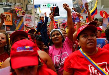 Una marea roja en Caracas acompañó al Gobierno en acto de posesión sin Chávez