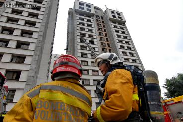Bomberos controlan incendio en edificio de apartamentos en sur de Cali