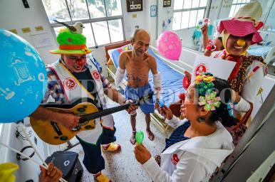 Así es la terapia de la risa para curar el dolor en hospitales de Cali
