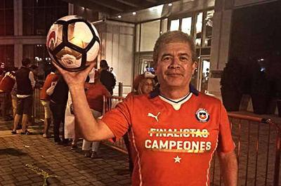 El balón del penal que erró Lionel Messi... lo tiene un hincha chileno
