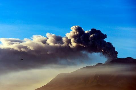 Volcán Calbuco en Chile se mantiene inestable y continúa lanzando cenizas