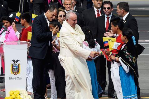 El papa Francisco llegó a Ecuador, la primera parada en su gira latinoamericana