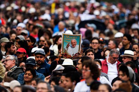 Multitud de fieles esperan misa campal del papa Francisco en Ecuador