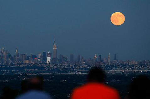 Así se ve la resplandeciente 'luna azul' en el mundo