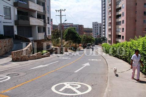 Más controles a vehículos mal parqueados en vías de acceso a cerro de las Tres Cruces