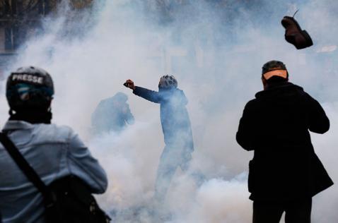 100 detenidos tras choques entre manifestantes contra el COP21 y policías en París