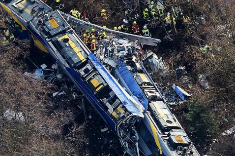 Al menos nueve muertos y más de 100 heridos por choque de trenes en Alemania