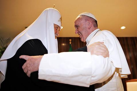 Entre besos y abrazos transcurrió histórico encuentro entre el Papa y con el patriarca ruso Kirill