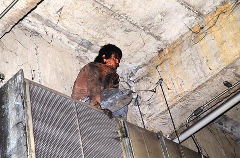 Hombre escala pared del túnel de la Avenida Colombia para robar un cable