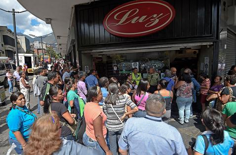 Parlamento venezolano pide a Maduro buscar ayuda para evitar