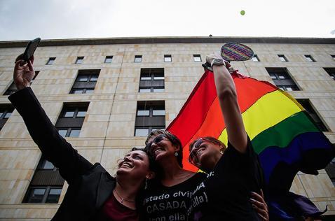 Jueces y notarios no podrán negarse a casar a parejas del mismo sexo: Corte