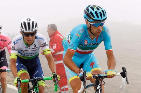 Vincenzo Nibali le arrebató la maglia rosa a Esteban Chaves en el Giro de Italia