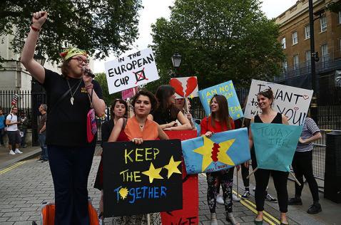 El ambiente de incertidumbre en Inglaterra después del Brexit, relatado por una caleña