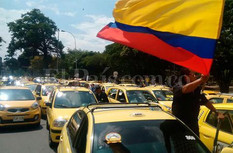 Taxistas bloquean la Avenida 2 Norte, frente al CAM