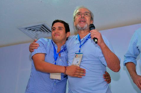 Hijo de 'Jorge 40' y hermano de 'Simón Trinidad' se dan abrazo como gesto de paz