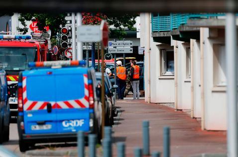 Atacantes de iglesia en Francia que degollaron a cura eran del Estado Islámico