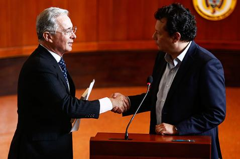 Uribe se disculpó con Hollman Morris por acusarlo de servir a las Farc