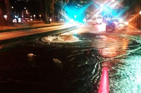 Daño en tubería genera problemas de movilidad en la Calle Quinta frente al Batallón