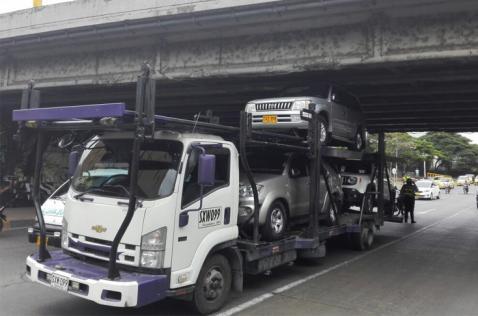 Tractocamión se quedó atorado en puente contiguo al Club Colombia