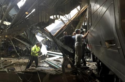 Tres muertos y más de 100 heridos deja choque de tren en Nueva Jersey, EE.UU.