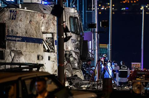 Doble atentado con carros bomba causa tragedia en Estambul, Turquía