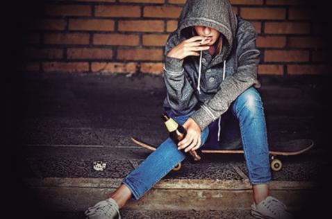 ¿Cuál es la sanción para un adulto que emborracha a menores de edad?
