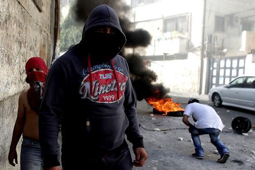 En imágenes: jóvenes palestinos se enfrentan a oficiales israelíes en Jerusalén