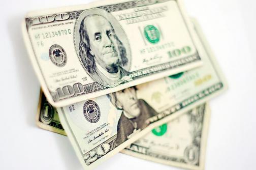 El dólar sigue por debajo de los $2500