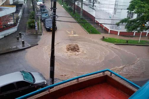 Imágenes: aguacero de este miércoles inundó vías y alcantarillas de Cali