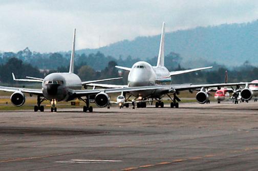 Fiscalía descarta corrupción en vuelos para transporte de personal de la Armada