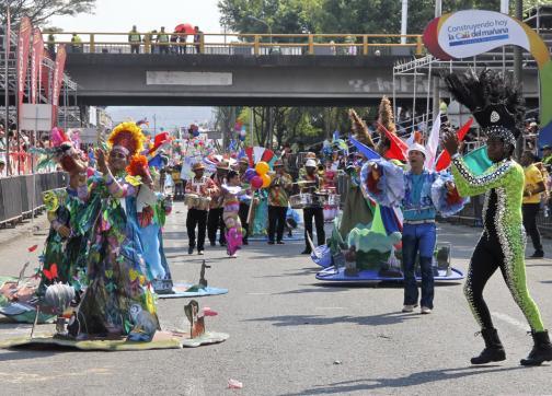 Brillo, color y danza, los protagonistas del tradicional desfile del Cali Viejo