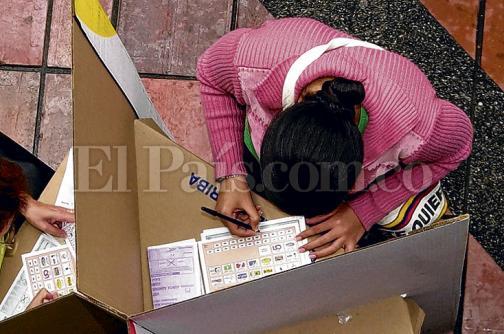 Candidatos que están recogiendo firmas, en la mira por gastos excesivos