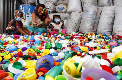 Tapas de plástico que ayudan a los niños con cáncer