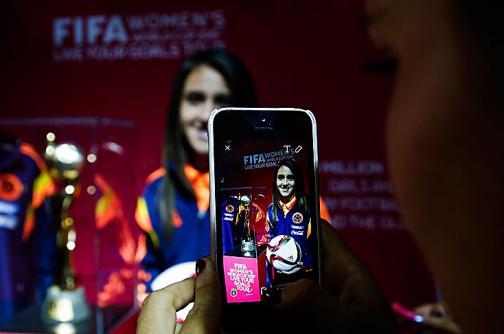 El trofeo del Mundial femenino visitó a la selección Colombia