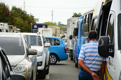 Imágenes: protesta de habitantes del Jarillón generó trancón en recta Cali - Palmira