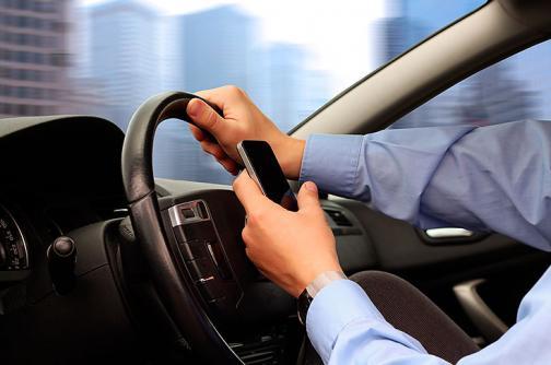 217 conductores caleños, multados por usar el celular al conducir