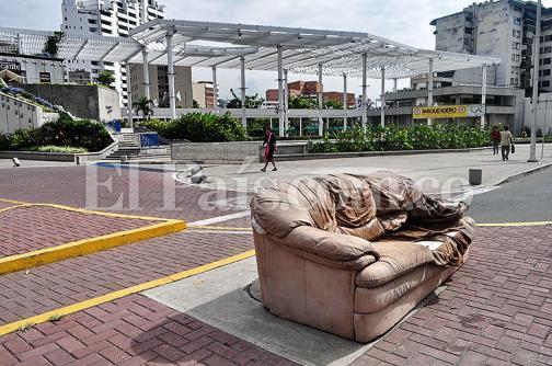 En imágenes: Los muebles que dejan de usar los caleños terminan en el espacio público
