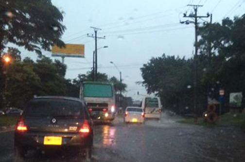 Lluvias provocaron cortes en el servicio de energía, encharcamientos y fallas en semáforos