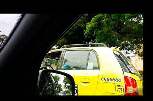 En video: por un reclamo,  taxista amenaza a dos mujeres con un cuchillo