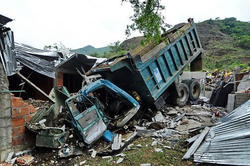 Dos viviendas averiadas por colisión de una volqueta en Alto Menga